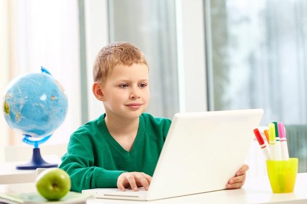 uczen uczy się przy komputerze